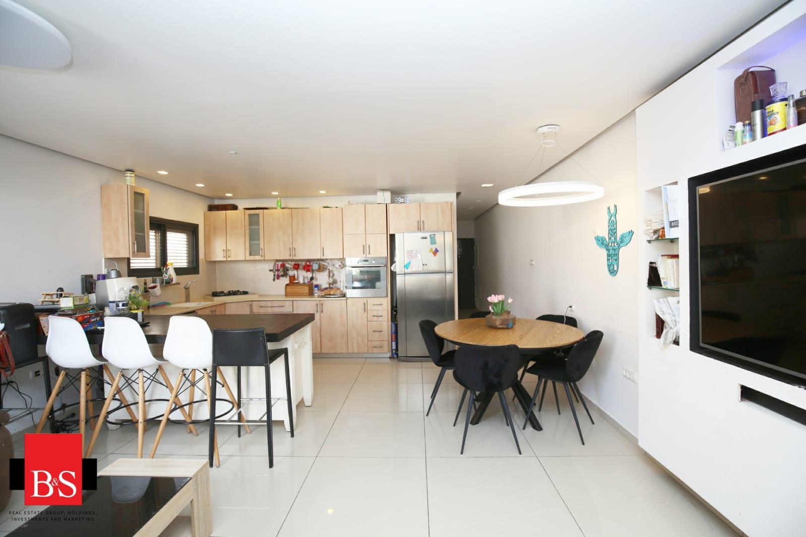 במרכז העיר, ויצמן 105, דירת 4 חדרים משופצת ויפה בבניין עם מעלית